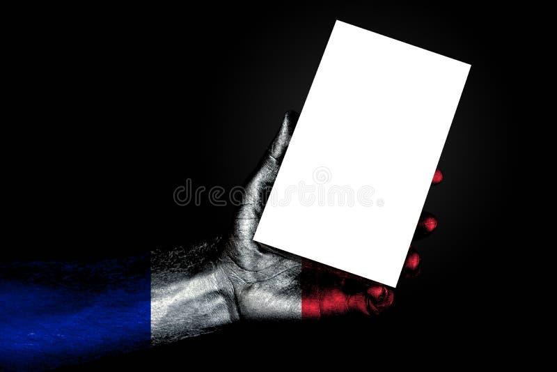 Рука с покрашенным флагом Францией держа большой белый лист с космосом для надписи, насмешливым вверх стоковые фото