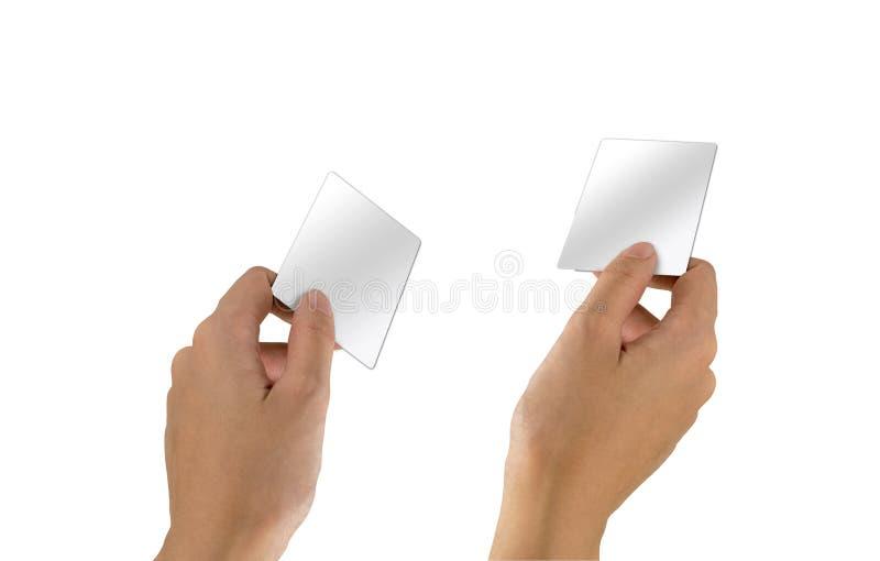 Рука с пустой визиткой на белом фоне Пустые шаблоны кредитных карт для контакта стоковое изображение
