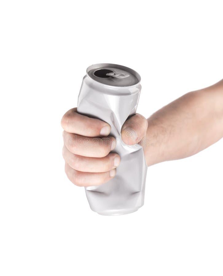 Рука с скомканными алюминиевыми чонсервными банками Изоляция на белой предпосылке стоковое изображение rf