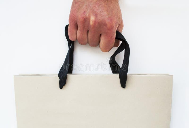 Рука с хозяйственной сумкой стоковое фото