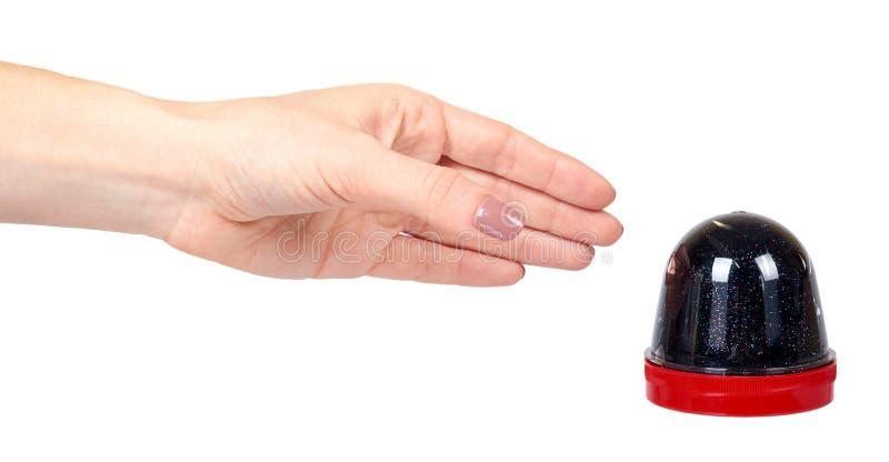 Рука с черной игрушкой шлама для детей, ярких блесков и липкой жидкости стоковое фото