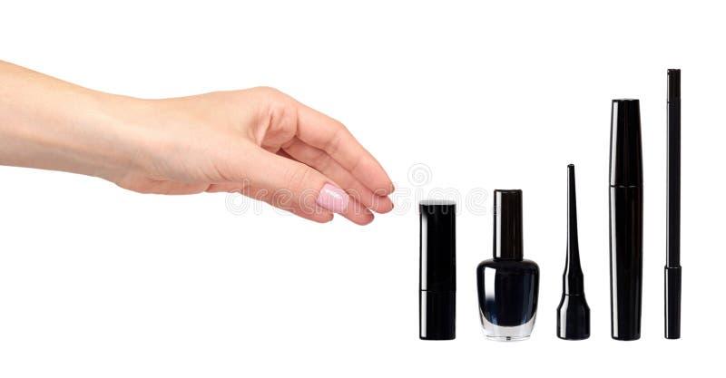 Рука с черными тушью, маникюром и губной помадой, щеткой макияжа глаза иллюстрация вектора