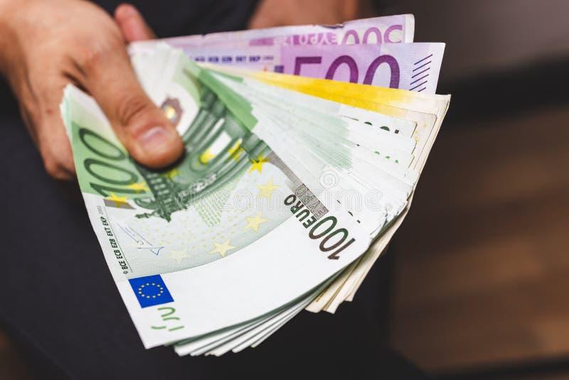 рука человека держа большое количество банкнот наличных денег валюты евро стоковое изображение rf