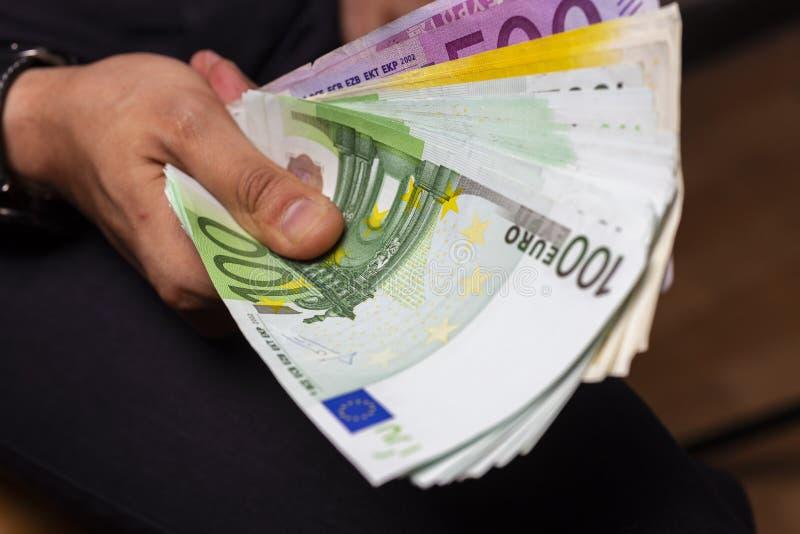 рука человека держа большое количество банкнот наличных денег валюты евро стоковые фото