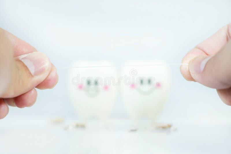 Рука человека держа зубоврачебную зубочистку с зубами нерезкости эмоция усмехается и плакать стоковые фото