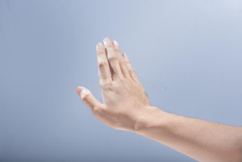 Рука человека с жестом выжимк стоковые фото