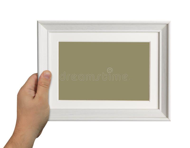 Рука человека держа деревянную коробку изолированный на белой предпосылке стоковое изображение