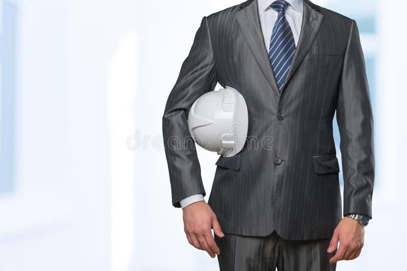 Рука человека держа защитный шлем стоковые изображения