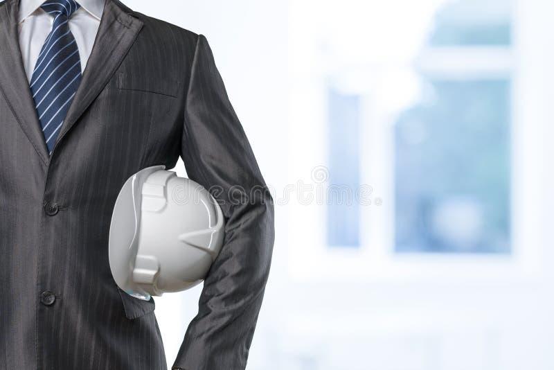 Рука человека держа защитный шлем стоковое фото