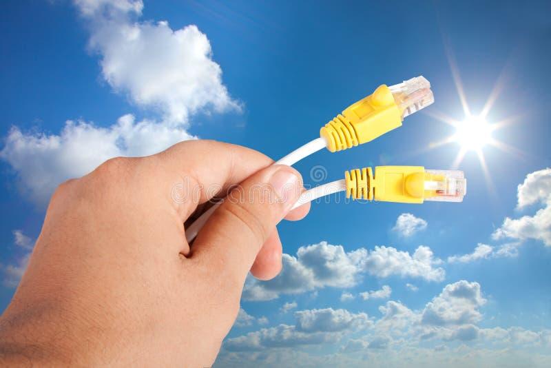 Рука человека держа кабель данным по интернета стоковое фото rf