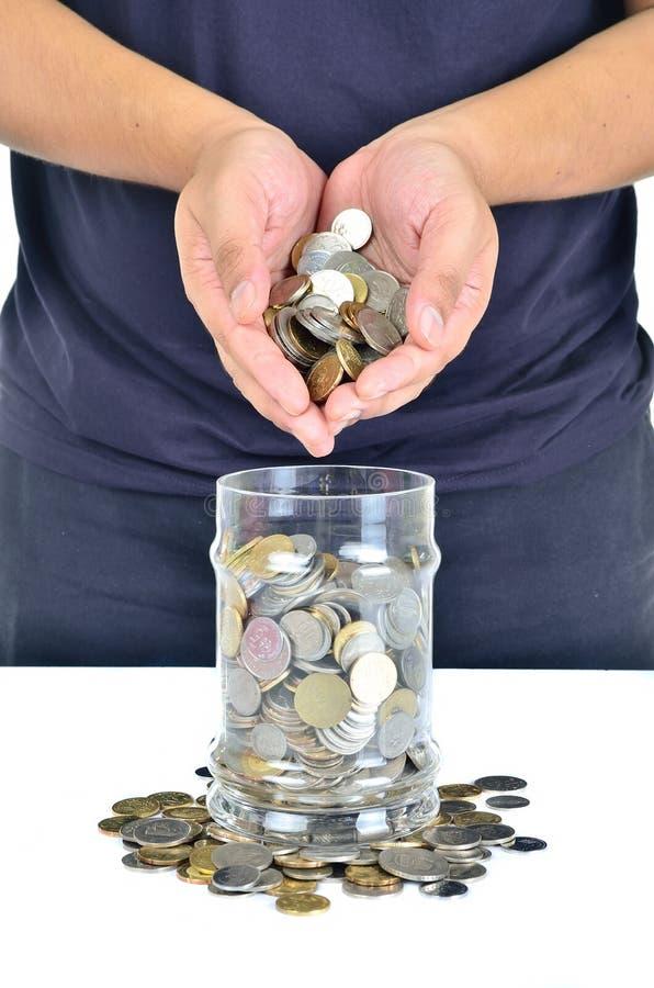 Рука человека держа кучу монеток стоковое изображение rf
