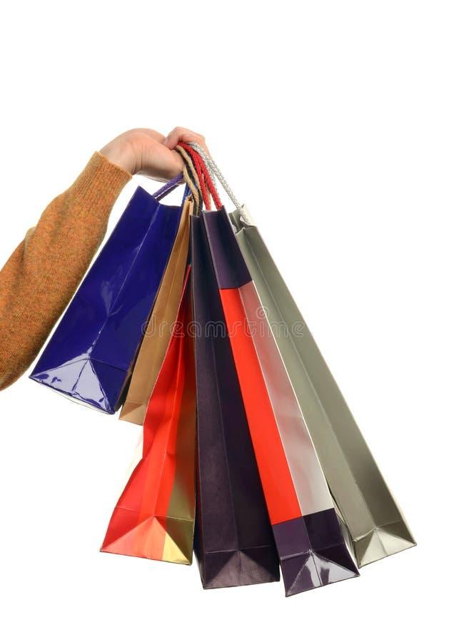 Рука человека держа хозяйственные сумки. стоковые фотографии rf