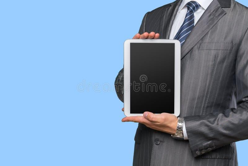 Рука человека держа цифровую таблетку стоковые фотографии rf