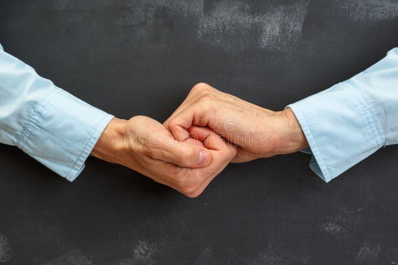 Рука человека показывать на темной доске с экземпляр-космосом стоковое фото