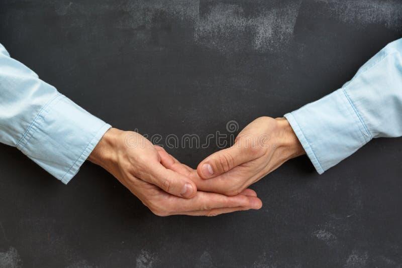 Рука человека показывать на темной доске с экземпляр-космосом стоковые фотографии rf