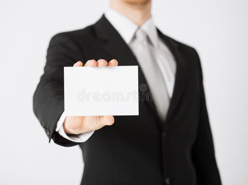 Рука человека с чистым листом бумаги стоковые изображения rf