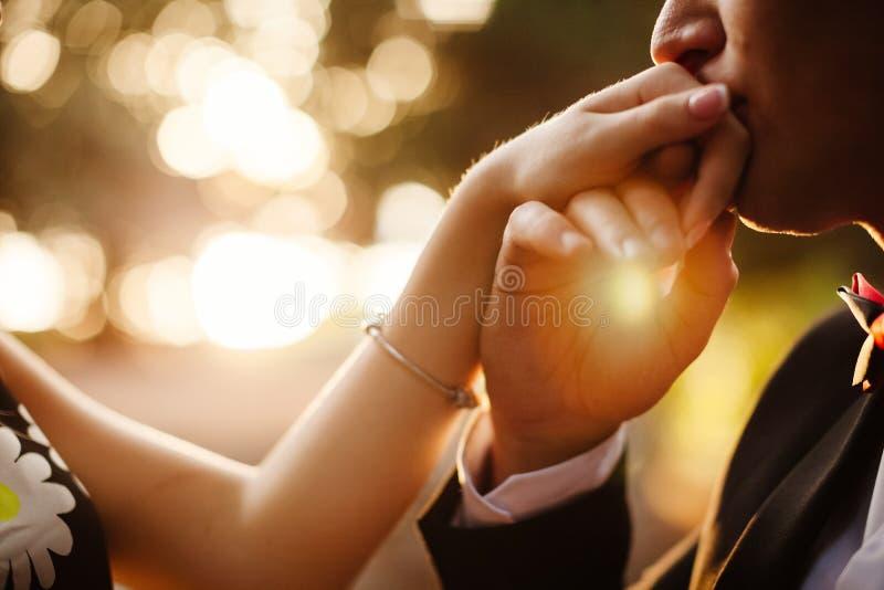 Рука человека целуя женщину стоковые изображения rf