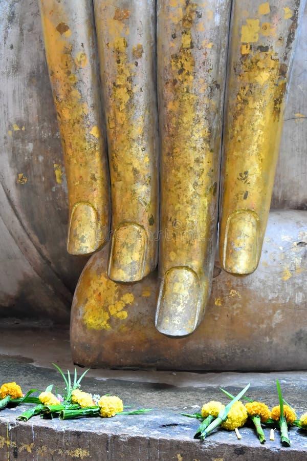 """Рука """"статуи Na Ja объявления Phra """"большой Будды в виске приятеля Sri историческая достопримечательность в парке Sukhothai истор стоковое фото rf"""