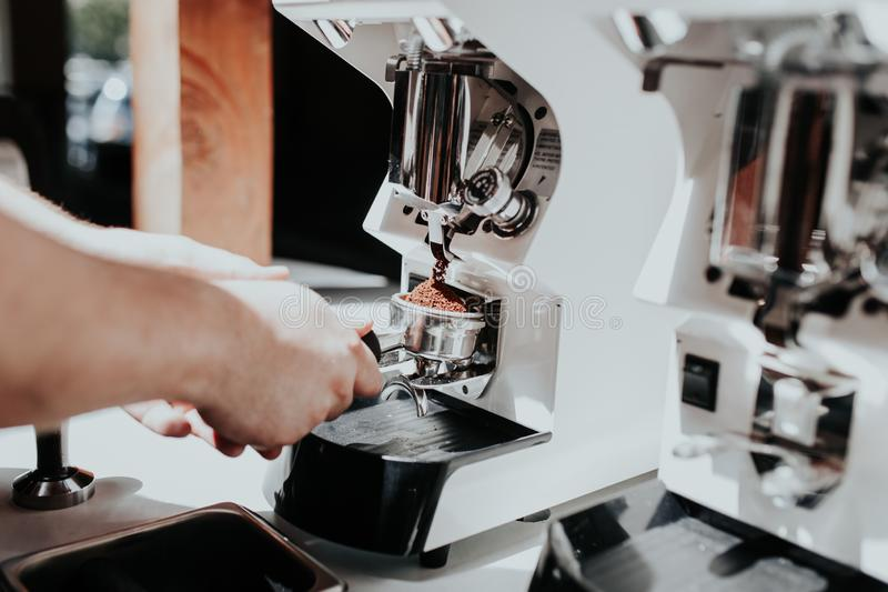 Рука barista делая кофе используя машину кофе на кафе стоковое изображение rf