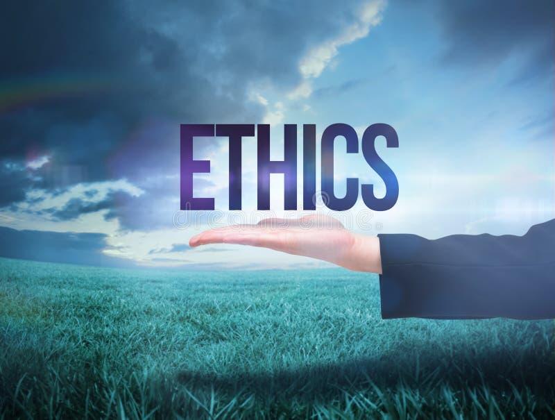 Рука Businesswomans представляя этики слова стоковое фото