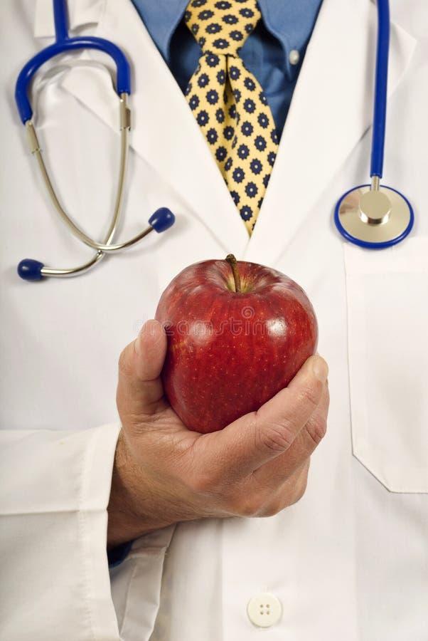 Рука Doctor's держа Яблоко стоковое изображение rf