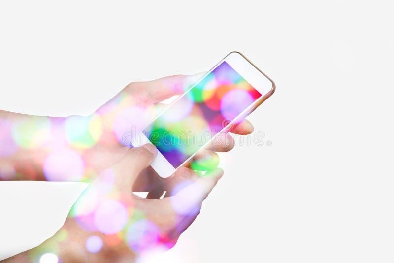Рука hoding умный телефон с bokeh стоковая фотография rf