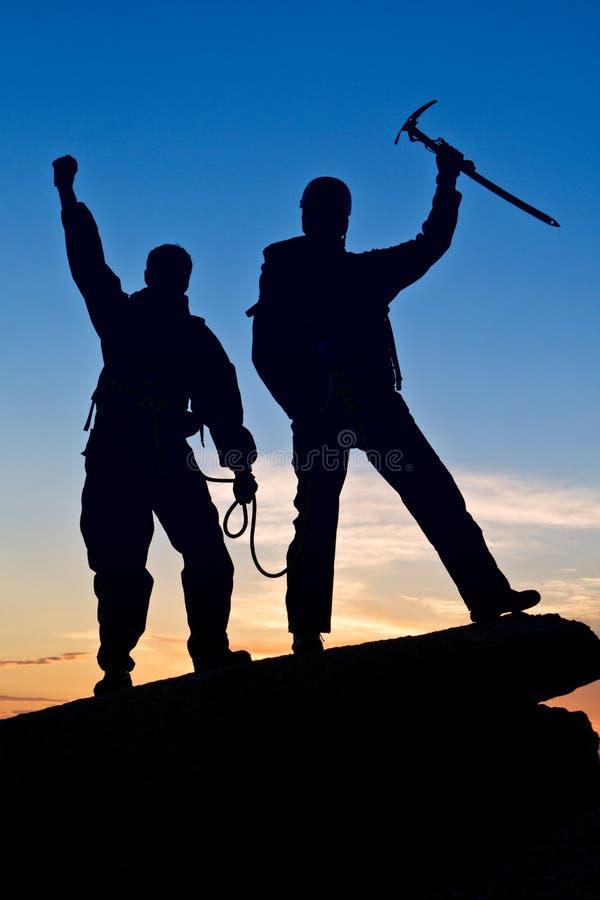 руки альпинистов silhouette 2 вверх стоковое изображение