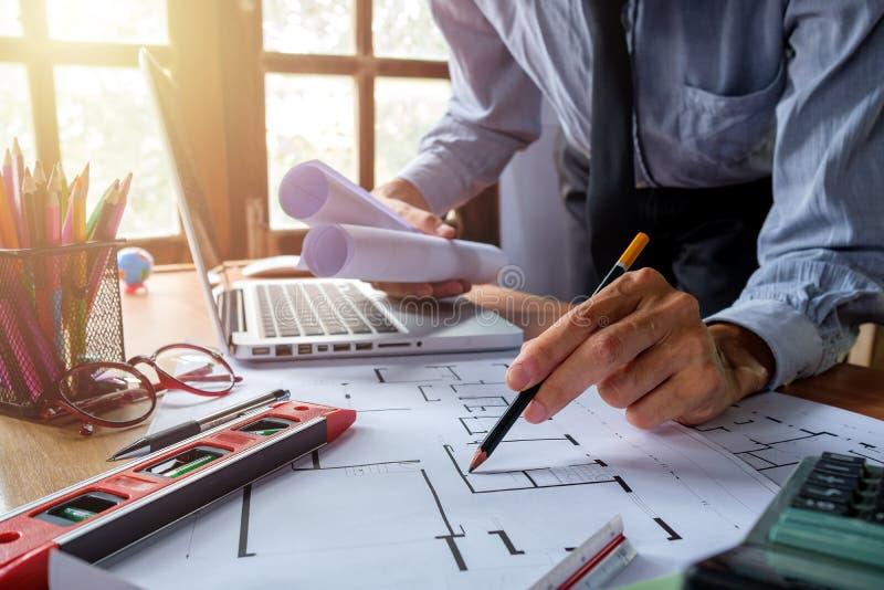 Руки архитектора с светокопией чертежа ручки Принципиальная схема зодчества стоковая фотография rf