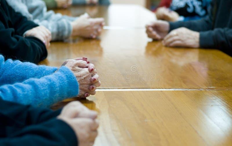 руки бабушки стоковое изображение