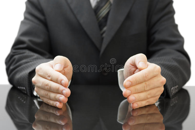 Руки бизнесмена защищая стоковая фотография