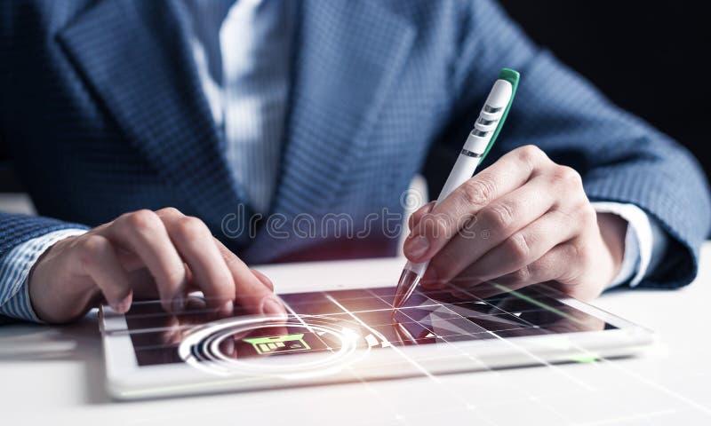 Руки бизнесмена используя планшет стоковая фотография