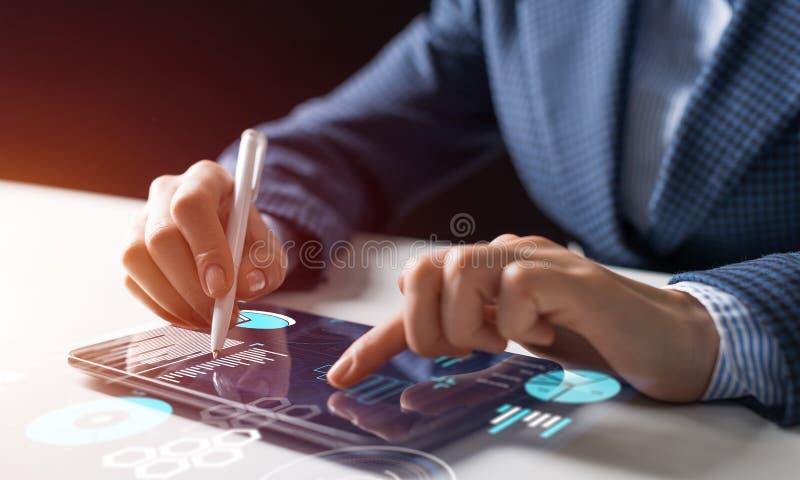 Руки бизнесмена используя планшет стоковые фотографии rf