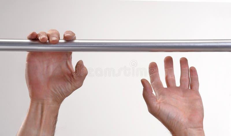 Руки вися металлический бар стоковое изображение rf