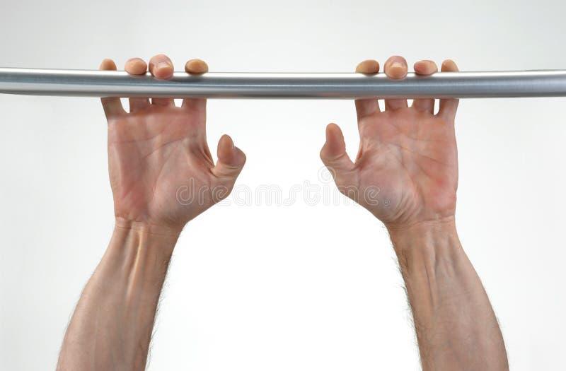 Руки вися металлический бар стоковые изображения rf