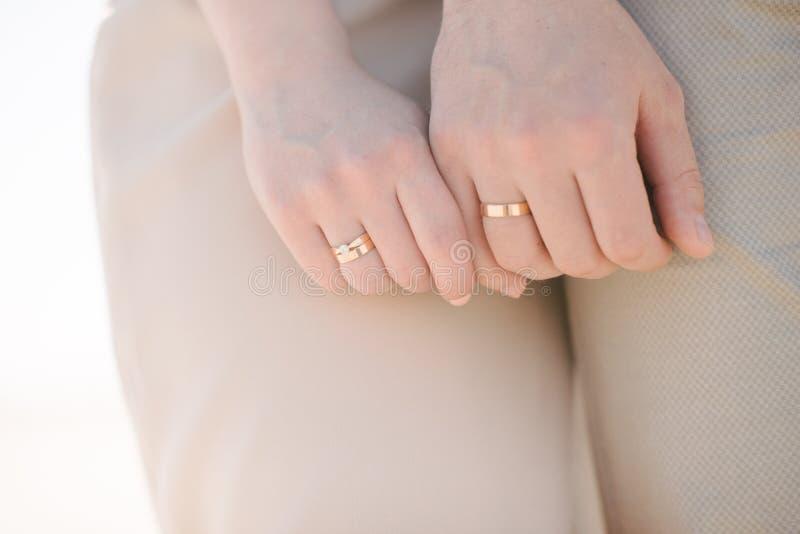 Руки владением человека и женщины закрывают вверх стоковое изображение rf