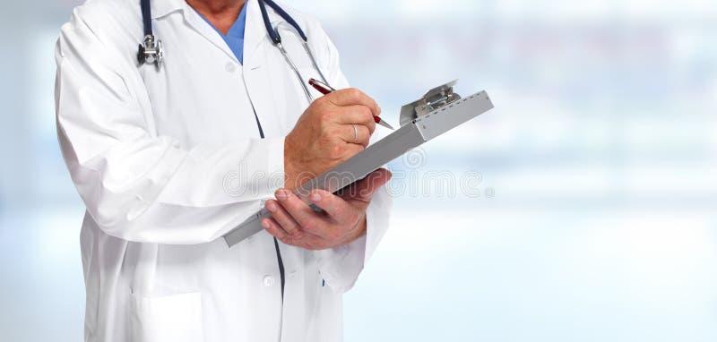 Руки врача с доской сзажимом для бумаги стоковые изображения rf