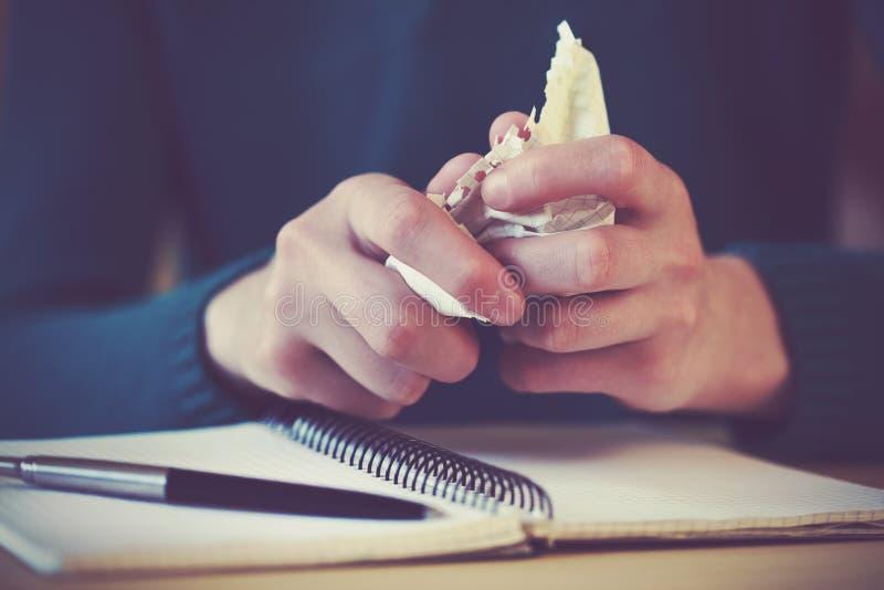 Руки вырывая лист бумаги стоковая фотография rf