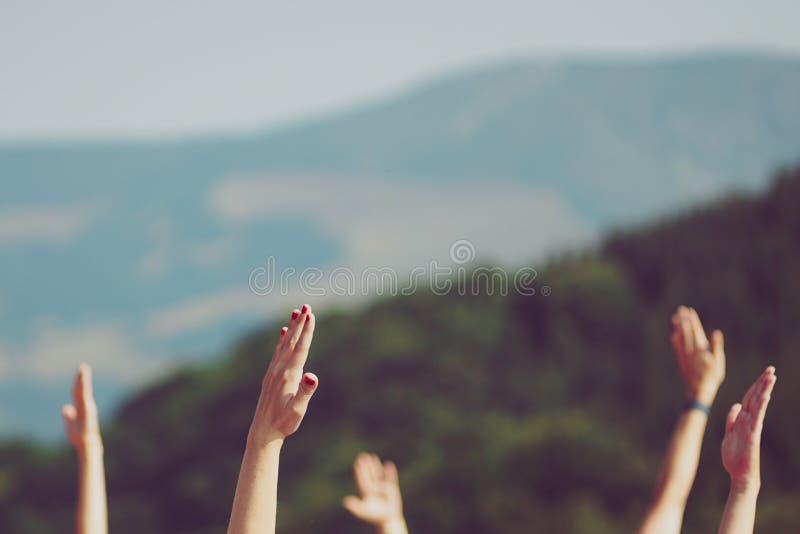 Руки в воздухе в горной цепи стоковая фотография