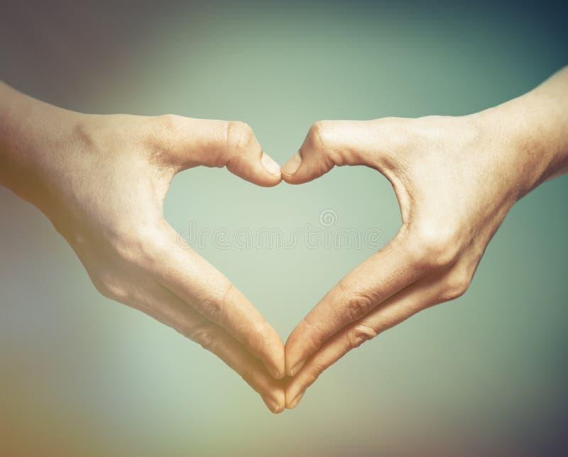 2 руки в форме сердца стоковые фото
