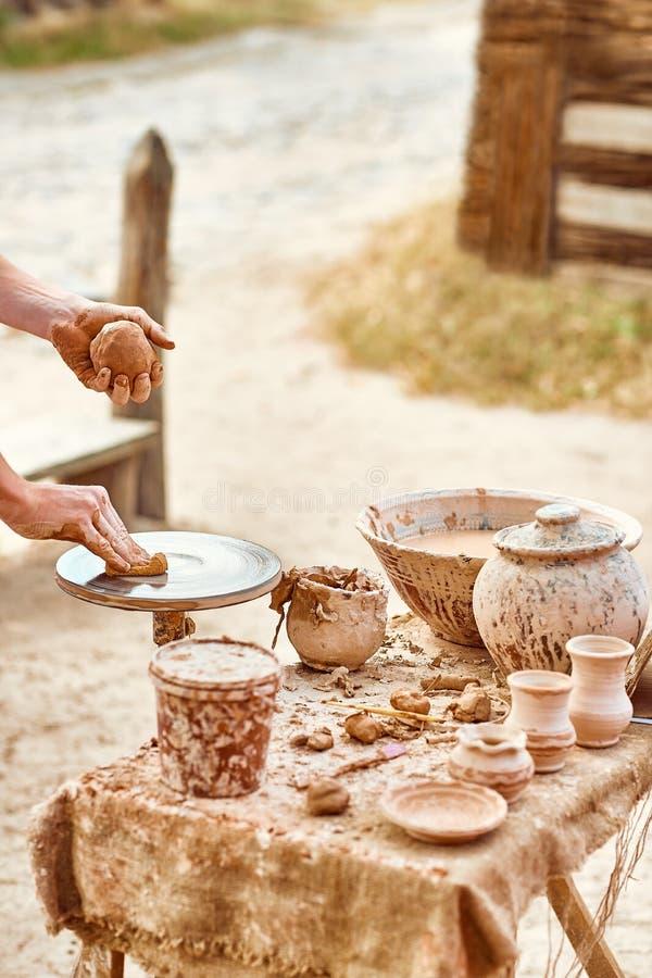 Руки гончара делают глиняный горшок, керамический, людей стоковая фотография rf