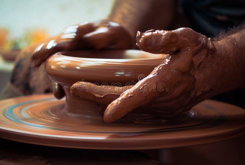 Руки гончара стоковое изображение rf