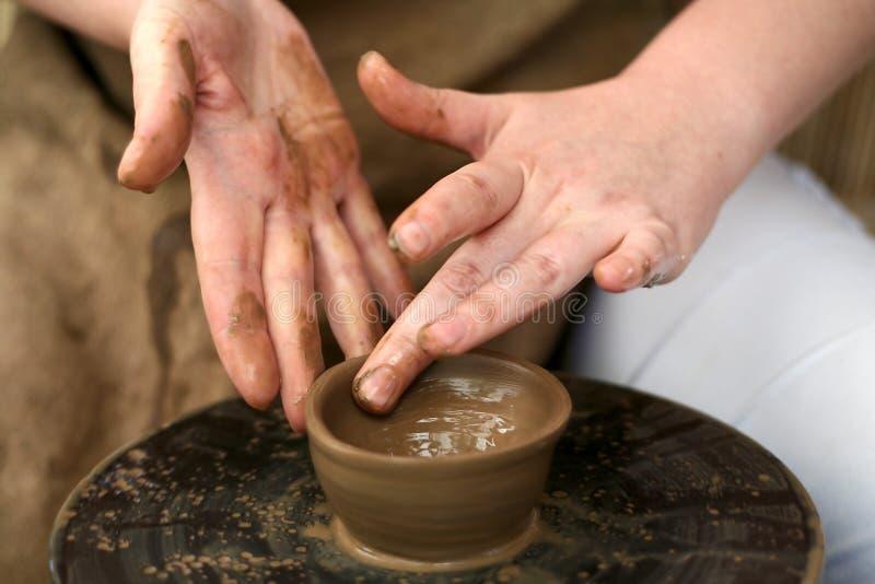 Руки горшечника стоковая фотография rf
