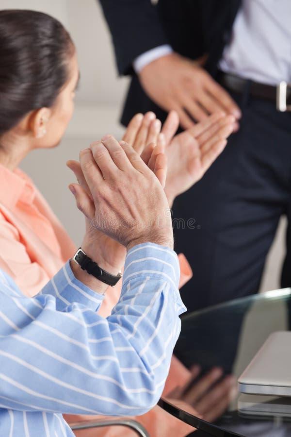 Руки давая рукоплескание стоковые фото