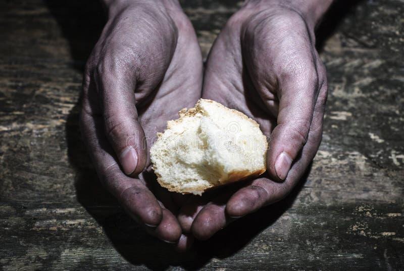 Руки дают хлеб Грязные руки прося еда E стоковые изображения