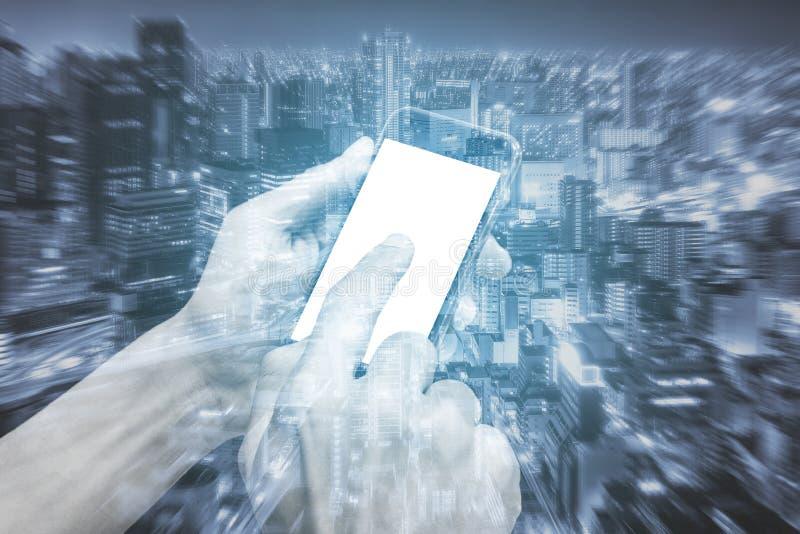 Руки двойной экспозиции используя smartphone и город стоковые фотографии rf