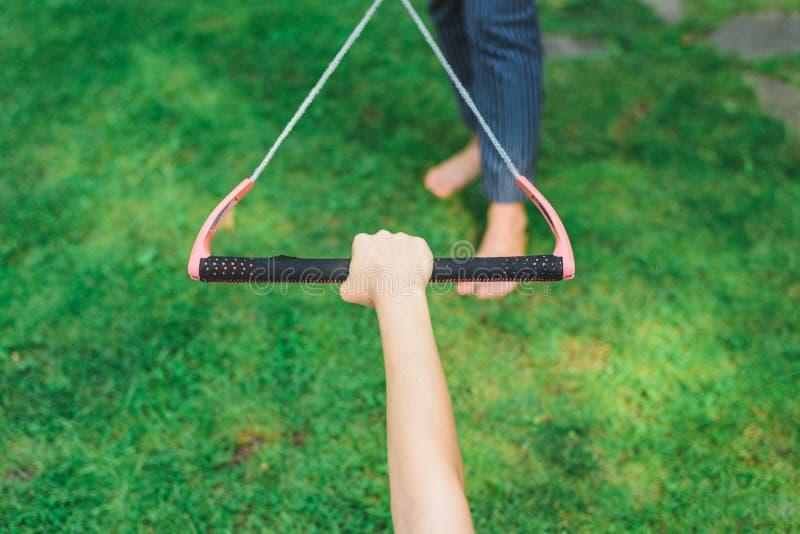 Руки держат веревочку для kitesurfing стоковое фото