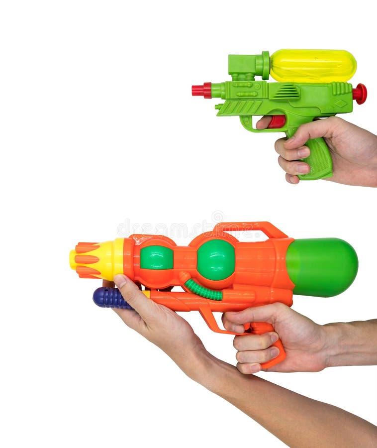 Руки держа воду оружия забавляются на белой предпосылке стоковые изображения rf