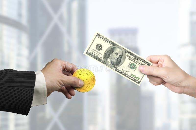 Руки держа долларовую банкноту и bitcoin для обмена денег стоковое фото