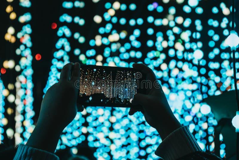 Руки держа мобильный телефон над головой, принимая фото стоковые изображения rf