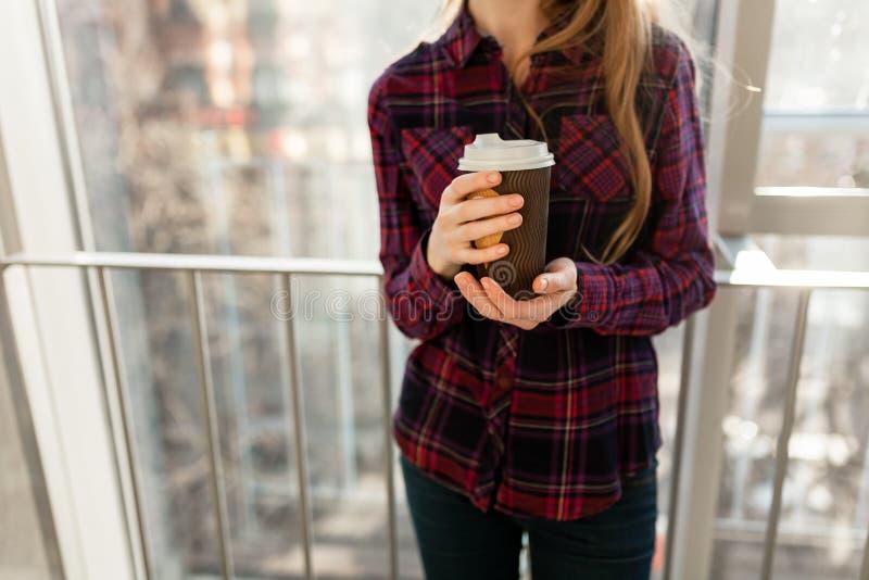 Руки держа чай бумажной девушки кофе выпивая, крупный план, стоковые изображения rf